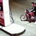 Karma : il provoque une employée d'une station essence et brule sa moto !
