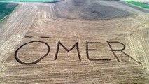Kanserden ölen kardeşinin adını 9 yıldır traktörle tarlaya yazıyor