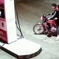 Des jeunes provoque une employée d'une station service et finit par cramer leur moto
