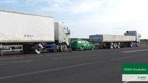 Voiture coincée entre 2 camions : Crash-test impressionnant