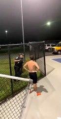 Sahada oynayan gençler çok gürültü yaptıkları İçin şikayet ediliyor. Polis bir şartla oynamaya devam edebileceklerini söylüyor, orta sahadan bir basket :)