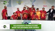 Galatasaraylı futbolcuların basın toplantısında kupa sevinci