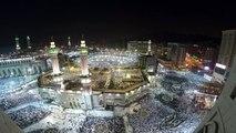 Des pèlerins musulmans prient autour de la Kaaba avant le début du hajj