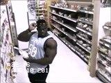 Ce bodybuildeur voit qu'il est filmé... Ce qu'il fait est hilarant