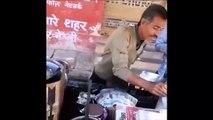 Ce vendeur de rue ne craint pas l'huile bouillante