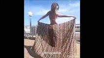 Ce que fait cette jolie demoiselle avec un simple foulard est incroyable