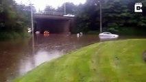 Un cycliste intrépide fait du vélo en pleine inondation