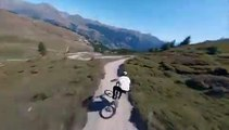Hautes-Alpes : un rider défie la Casse déserte du col de l'Izoard à VTT