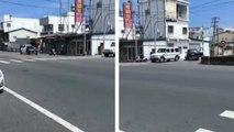 Un homme en scooter sème une voiture de police avec un simple demi-tour
