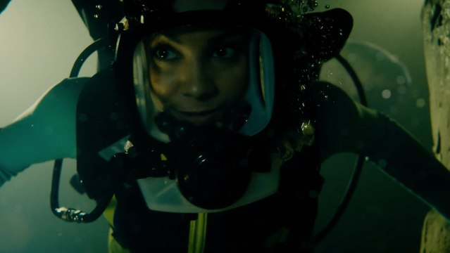 Sharks Attack in This Harrowing Exclusive Scene From 47 Meters Down: Uncaged