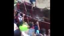 El salto de un novillo en Arguedas: a centímetros de subir a la grada