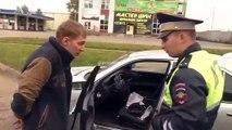 Ce conducteur a la mauvaise idée de gifler un policier !