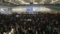 Hong Kong: Les vols de lundi annulés en raison d'un sit-in géant des manifestants pro-démocratie dans l'aéroport - VIDEO