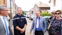 Visite  de Frédéric Carre, sous-préfet de Briey  rue de Liège à Herserange, avec les maires des communes  touchées