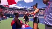 Contrainte à l'abandon et en larmes, Serena Williams est réconfortée par son adversaire Bianca Andreescu