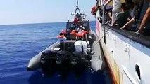 Aplausos en el Open Arms para despedir a ocho rescatados que necesitan ser evacuados