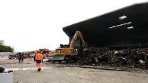 Opération de déblaiement et refroidissement suite à l'incendie au centre de tri des déchets de Quincieux
