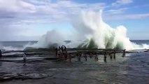 Une immense vague emporte des touristes au bord de la mer !