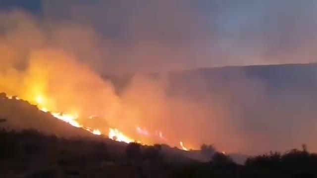 El viento complica la extinción de un incendio en Navalacruz