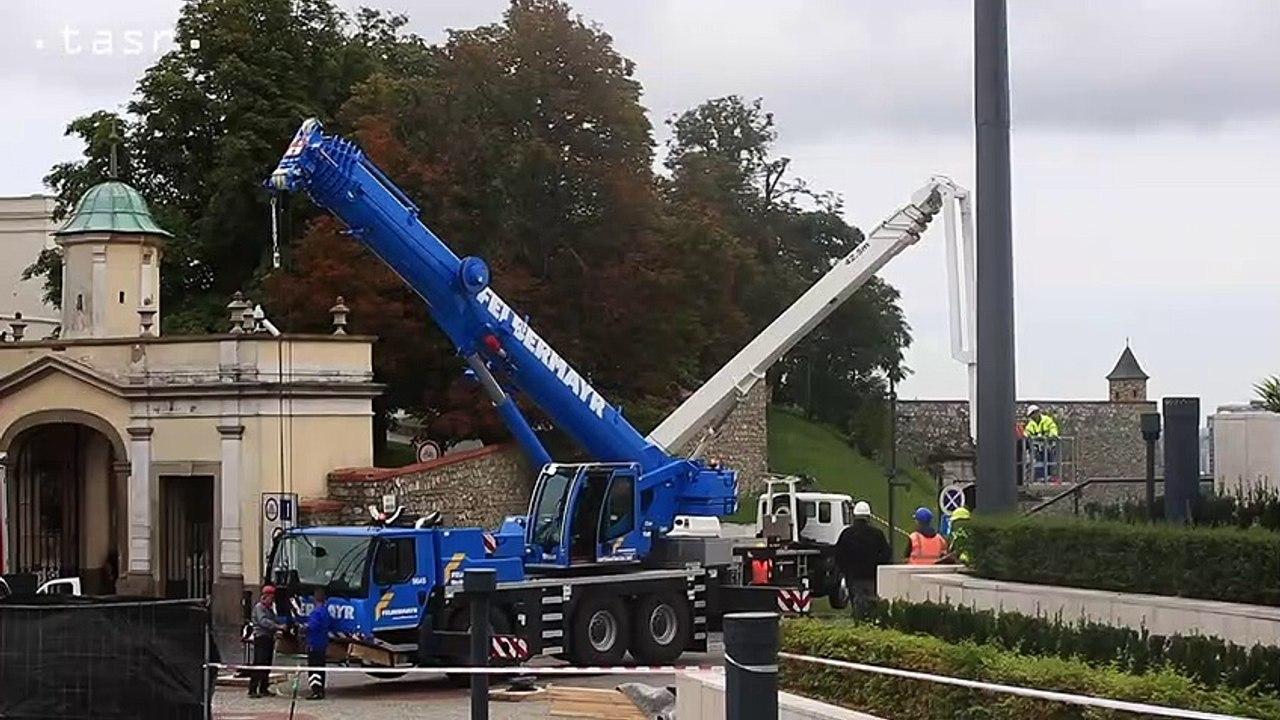 Pred budovou parlamentu v Bratislave vztýčili stožiar