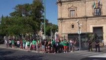 Docentes interinos se concentran ante el Parlamento de Andalucía