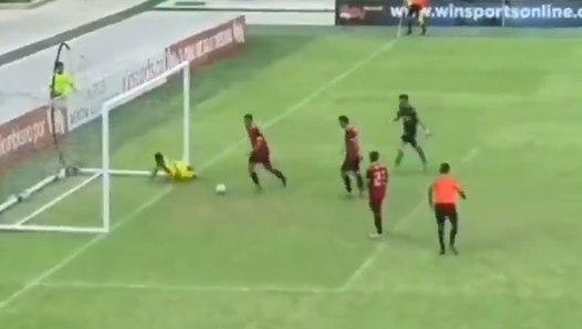 Vidéo : un jeune colombien inscrit un but maradonesque