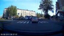 Passer à travers une voiture sur un passage piéton