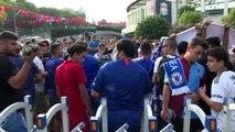 Chelsea taraftarları takımları lehine tezahüratta bulundu