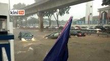 Kereta dibawa arus deras akibat hujan lebat