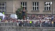 Une funambule française traverse une rivière de Prague dans les airs