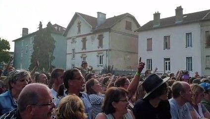 Soldat Louis et le public chantent en cœur aux Bouteilles Folles 2019