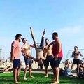 Des mouvements acrobatiques impressionnants exécutés par ce groupe d'amis