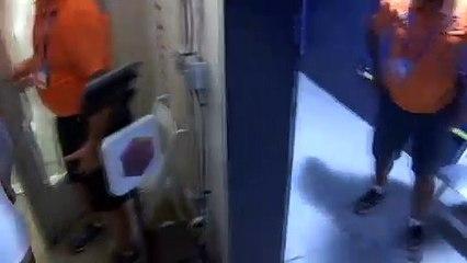 Kyrgios kırdığı raketi hediye etti