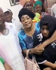 pemière apparition de Carmen Sama aux funérailles de Dj Arafat en compagnie de Tina Glamour.