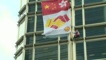 """Hong Kong: le """"Spiderman"""" français a déployé une banderole pour la paix sur une tour de la ville"""
