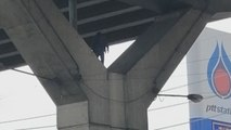 Autofahrer entsetzt: Mann tanzt auf Y-Stütze unter Brücke herum