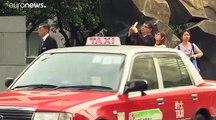 """شاهد: الرجل """"العنكبوت"""" الفرنسي يرفع """"علم السلام"""" من ناطحة سحاب في هونغ كونغ"""