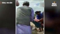 रोड पर घायल पड़े शख्स को शिवराज सिंह ने एम्बुलेंस तक पहुंचाया