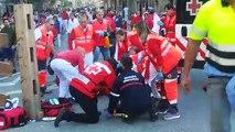 Momento de la atención al herido muy grave en el encierro de Tafalla