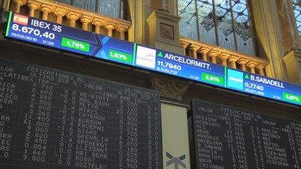 El Ibex 35 cierra al alza un 1,78% en los 8.670 puntos pero pierde un 1% en la semana