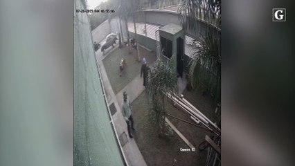Vídeo de câmera de segurança mostra homem mascarado de Hulk e outros cinco assaltando empresa na Serra