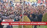 Momen Jokowi dan Tulus Salami Warga Sebelum Upacara Penurunan Bendera