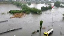 Kadıköy'de sağanak yağış sonrası dere taştı, caddeler sular altında kaldı