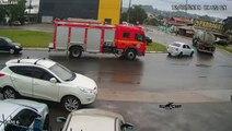 Cette voiture prend feu.. à côté d'un camion de pompiers !