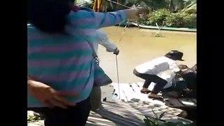 Un radeau pour traverser une rivière se renverse !