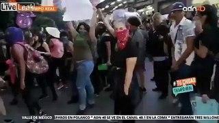 Ce journaliste prend un coup de poing en direct à la TV dans une manifestation