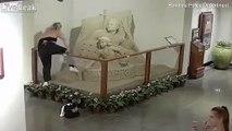 Cette touriste détruit une statue de sable dans un hotel !