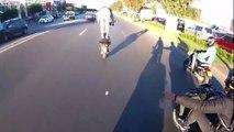 Debout sur sa moto, il termine dans la voiture de devant !