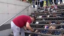 Eminönü'nde esnaf su baskınından kurtardığı ayakkabıları merdivenlere serdi