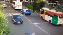 Il traverse la route sans regarder et s'envole au-dessus d'une voiture !